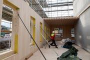 Vorgefertigte Holzteile werden auf der Baustelle zusammengefügt. (Bild: Corinne Glanzmann (Alpnach, 28. November 2018))