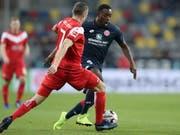 Mainz' Torschütze Jean-Philippe Mateta im Zweikampf gegen Düsseldorfs Oliver Fink (Bild: KEYSTONE/EPA/FRIEDEMANN VOGEL)