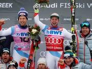 Beat Feuz (rechts) und Mauro Caviezel feiern mit dem Team ihren Doppelerfolg (Bild: KEYSTONE/AP/JOHN LOCHER)