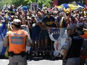 Polizisten halten wütende Fans der Boca Juniors in Schach (Bild: KEYSTONE/EPA EFE/TELAM/JOSE ROMERO)