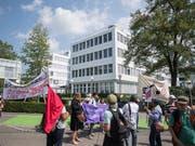Demonstranten vor der Rohstoffhandelsfirma Glencore in Baar. Der Bundesrat will die Wettbewerbsfähigkeit und die Integrität des Rohstoffhandels fördern. (Bild: KEYSTONE/URS FLUEELER)
