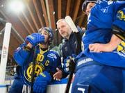 Die enttäuschten Davoser Andres Ambühl (links), Interimscoach Michel Riesen und Dino Wieser nach der Heimniederlage gegen Servette (Bild: KEYSTONE/GIAN EHRENZELLER)