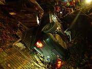 Aus diesem Wrack entstiegen vier Personen nach einem Unfall vom Donnerstag in Reitnau AG praktisch unverletzt. (Bild: Handout Kantonspolizei Aargau)