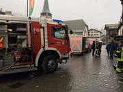 Rund 40 Feuerwehrleute standen nach einer Explosion in einem Hotel in Zermatt im Einsatz. Das Feuer konnte rasch unter Kontrolle gebracht werden. Sechs Menschen, darunter fünf Mitarbeiter der Hotelküche, wurden verletzt. (Bild: Police cantonale valaisanne)