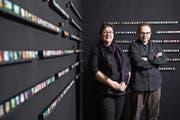 Jasmin Hofmann und Mark Sasvary vor ihren Bilderwürfeln in der Galerie Vitrine. (Bild: Boris Bürgisser (Luzern, 29. November 2018))