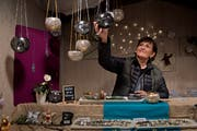 Daniela Möhl verkauft am «Lozärner Wiehnachtsmärt» Schmuck und schwärmt vom «genialen» Zusammenhalt unter den Standbetreibern.