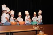 «Backe, backe Kuchen...». Das Muki-Turnen lieferte einen Auftritt mit Jööh-Effekt.