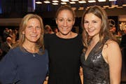 Kelly (links) und Amelie Alkier nehmen Triathlon-Superstar Daniela Ryf in die Mitte. (Bilder: Charly Keiser (2. November 2018))
