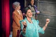 Wettstreit des Monströsen: Imelda (Claudia Bick-Weisshaar) zwischen Margot und Leila in «Ich bin wie ihr, ich liebe Äpfel» im Theater Theagovia. (Bild: Andrea Stalder)