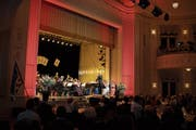 An ihrem Jahreskonzert sorgte die Harmoniemusik für echte Casino-Stimmung. (Bild: Maria Schmid (Zug, 3. November 2018))