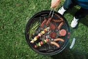 Sehen aus wie Würstchen und Burger, bestehen aber aus pflanzlichen Proteinen: Forscher arbeiten am Fleisch der Zukunft. (Bild: PD)