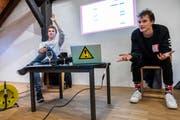 Leiteten den Workshop: Die Youtuber Gian Maria Finger (rechts) und Noah Hartmann. (Bild: Patrick Hürlimann (Zug, 3. November 2018))