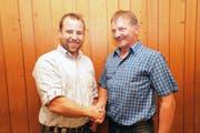 Der abtretende Präsident Hans Herger (rechts) freut sich, Bernhard Arnold einen attraktiven und funktionierenden SC Urigen übergeben zu dürfen. (Bild: Franz Imholz (Urigen, 27. Oktober 2018))