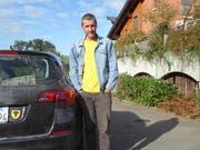 Gian Caviezel mit seinem Auto mit Uristier-Aufkleber in seiner neuen Heimat, Adligenswil. (Bild: PD)