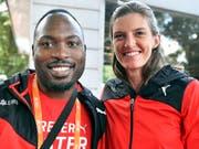 Alex Wilson und Lea Sprunger lächeln in die Kamera. (Bild: KEYSTONE/WALTER BIERI)