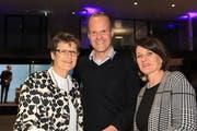Die drei Steinhauser Politgrössen Barbara Hofstetter (links) Stephan Schleiss und Esther Rüttimann geniessen den Eröffnungsevent