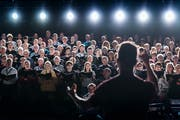 Die Sängerinnen und Sänger des Ad-hoc Chors waren topmotiviert. (Michel Canonica / Tagblatt