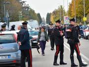Dramatische Szenen vor der Postfiliale in Pieve Modolena: Carabinieri beobachten die Lage bei der Geiselnahme. (Bild: KEYSTONE/AP ANSA/ELISABETTA BARACCHI)