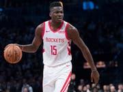Der Genfer Clint Capela befindet sich in der NBA weiter auf dem Weg nach oben (Bild: KEYSTONE/AP/MARY ALTAFFER)