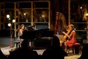 Praxedis Geneviève Hug (Klavier) mit ihrer Mutter Praxedis Hug-Rütti (Harfe) als Duo Praxedis im Chäslager in Stans. (Bild: Markus Frömml, 2. November 2018)
