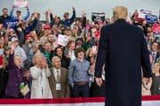 An einer Wahlveranstaltung in Huntington, West Virginia, jubelt die Menge dem Präsidenten Trump zu. (Bild: Sholten Singer/AP, 2. November 2018)