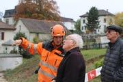 Ein Mitarbeiter des Rückbauunternehmens erklärt dem ehemaligen Rickenbacher Landwirt und Getreidelieferanten Sepp Beck (Mitte) die Vorgehensweise.