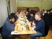 Konzentriert am Schachbrett: Sieger Reddy Chakravarthi (vorne links) aus Indien.Bilder: Kurt Liembd (Luzern, 4. November 2018)
