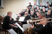 Der Komponist am Flügel: Die Uraufführung von Peter Roths Requiem in Alt St.Johann. (Bild: Ralph Ribi)