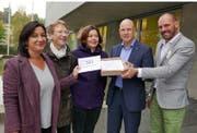 Christina Reusser (Grüne), Heidi Koch (SP) und Melanie Landolt Strebel (SP) übergeben die Unterschriften an den Ebikoner Gemeindeschreiber Roland Baggenstos und Geschäftsführer Alex Mathis (von links nach rechts). Bild: PD