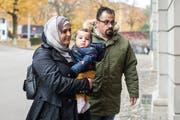 Suha Alhussein Jneid und Omar Jneid laufen zur Verhandlung zum Tod eines ungeborenen syrischen Babys vor dem Militärappellationsgericht. (KEYSTONE/Ennio Leanza)