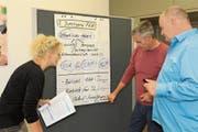 Besprechen das weitere Vorgehen zum Projekt Familienklassenzimmer der Hünenberger Schulen: Anja Dessler, Georges Raemy und Jürgen Biebel (von links). (Bild: Charly Keiser (Hünenberg, 31. Oktober 2018))