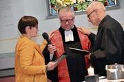 Martina Tapernoux und Koni Bruderer segnen ihren Kollegen Klaus Stahlberger. (Bild: Isabelle Kürsteiner)