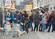 Gestern waren viel mehr Leute am Markt im Städtli unterwegs als am Samstag, sagten einige Marktfahrer. (Bild: Kurt Latzer)