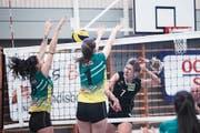 Für den VBC Steinhausen (hinten: Dijana Radulovic) gibt es bislang nicht viel zu lachen. (Bild: Jakob Ineichen (Steinhausen, 13. Oktober 2018))