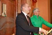 Der Neu St.Johanner Hauptorganist Michael Risch beim Jubiläumskonzert mit Registrantin Maria Zäch. (Bild: Peter Küpfer)