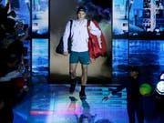 Roger Federer beim Einmarsch in die O2 Arena in London. (Archivaufnahme) (Bild: KEYSTONE/AP/TIM IRELAND)