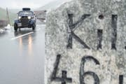 Der Oberalppass ist wieder befahrbar - auch für Oldtimer-Fahrzeuge. (Bild: Keystone/Urs Flüeler, 15. Juli 2016)
