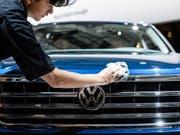 Die Bedeutung des chinesischen Marktes wächst: ein Volkswagenarbeiter poliert ein Auto (Archivbild). (Bild: KEYSTONE/EPA/CLEMENS BILAN)