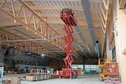 Die gigantische Halle nimmt Tag für Tag mehr Gestalt an. (Bild: Corinne Glanzmann (Buochs, 23. Oktober 2018))