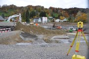 Die Turnhalle und das alte Schulhaus Wier sind abgerissen, in der Baugrube wird nächstens mit dem Fundament für das neue Schulhaus angefangen. (Bild: Sabine Schmid)