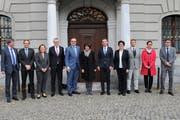 Bundesrätin Doris Leuthard mit Mitarbeitern und mit der Urner Gesamtregierung vor dem Altdorfer Rathaus. (Bild: PD, Altdorf, 6. November 2018)