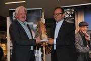 Holzkopf-Preisträger Peter Lienert (links) freut sich mit dem Obwaldner Regierungsrat Sepp Hess. (Bild: Matthias Piazza, Stans, 6, November 2018))