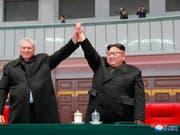 Anders als Kim Jong Un (rechts) sind sein Grossvater Kim Il Sung als Staatsgründer sowie sein Vater und Amtsvorgänger Kim Jong Il in jedem nordkoreanischen Haus allgegenwärtig. Beim Besuch des kubanischen Präsidenten Miguel Diaz-Canel (links) liess sich Un erstmals gross öffentlich porträtieren. (Bild: KEYSTONE/AP KCNA via KNS)