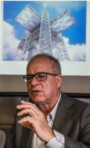 Pierre de Meuron vor einer Visualisierung des Richtstrahlturms. (Bild: Nadia Schärli, Titlis, 5. November 2018)