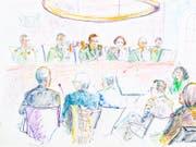 Der beschuldigte Grenzwächter, ganz links, während der Verhandlung vor dem Militärgericht. (Gerichtszeichnung: Linda Graedel / Keystone)