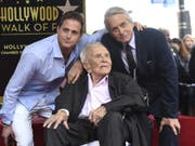 Michael Douglas (r.) sein Vater Kirk Douglas und sein Sohn Cameron Douglas am Dienstag bei der Zeremonie auf dem Hollywood Walk of Fame. (Bild: Keystone/AP Invision/CHRIS PIZZELLO)