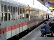 Wer öfter mit der Bahn nach Deutschland fährt, kennt das Problem. Die Deutsche Bahn ist chronisch unpünktlich. Mit Investitionen in die Bahnknotenpunkte soll sich das jetzt ändern. (Bild: KEYSTONE/EPA/PETER STEFFEN)