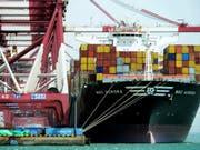 Der Handelsstreit zwischen den USA und China dämpft das Wirtschaftswachstum in beiden Ländern spürbar. (Archiv: Hafen von Qingdao) (Bild: KEYSTONE/AP CHINATOPIX)