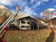 Nach dem Beziehungsdelikt in Sent GR vom Montag brannte das Haus des Ehepaares. Nun wird geprüft, ob es einsturzgefährdet ist. (Bild: Kapo GR)
