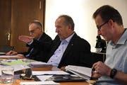 Finanzchef Thomas Grimm, Stadtpräsident Martin Salvisberg und Stadtschreiber Roland Huser stellen das Budget vor. (Bild: Rita Kohn)